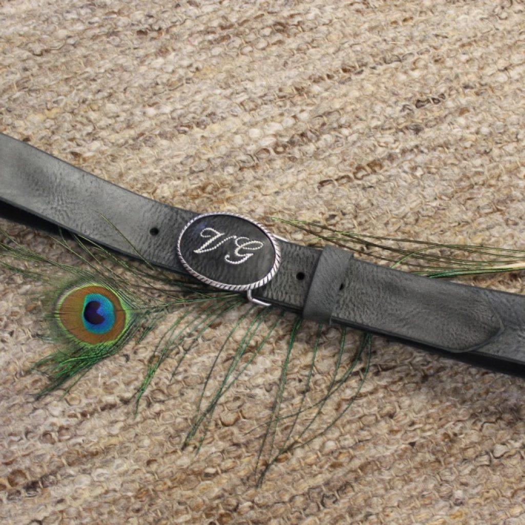 Zarte Schnalle auf grauem Leder