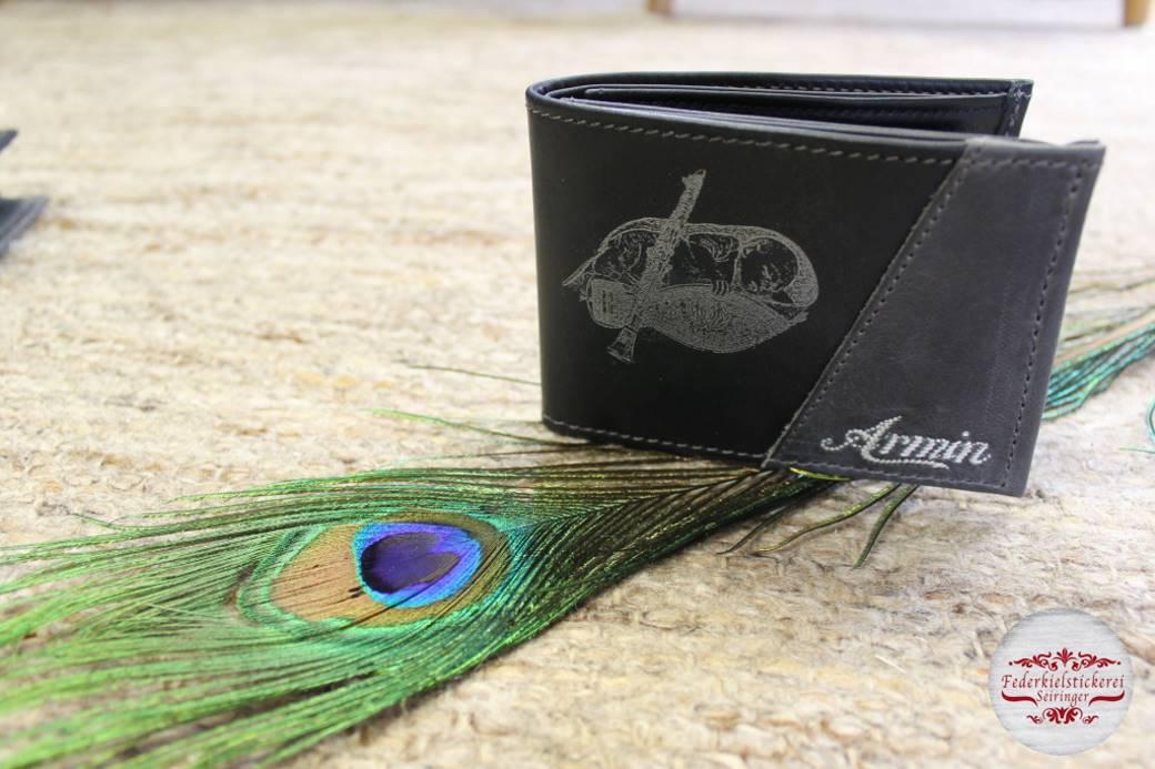Zweifärbige Geldtasche mit gelasertem Motiv