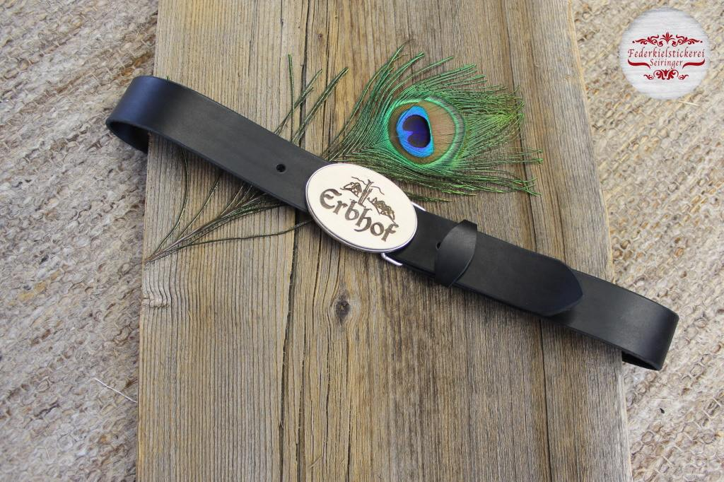 Gürtel mit gelasertem Logo auf Holz