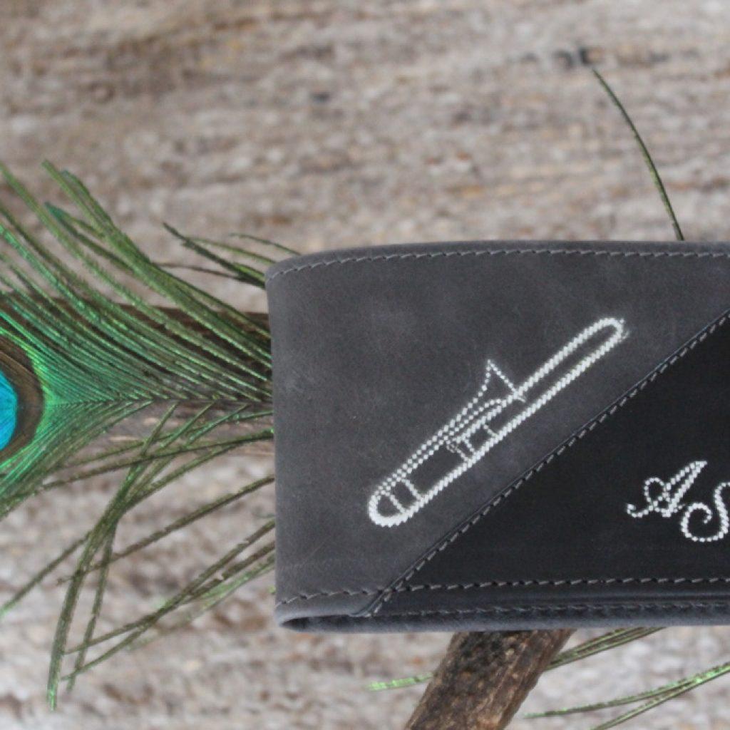 Zweifärbige Geldtasche mit Posaune