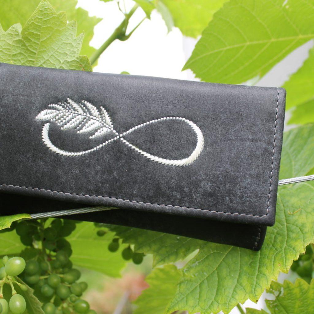 Damengeldtasche mit Feder